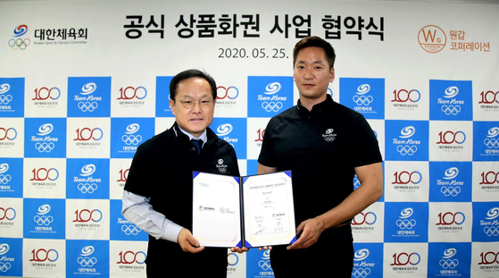 김승호 체육회 사무총장(왼쪽)과 이용욱 원갑 코퍼레이션 대표. [사진 대한체육회]
