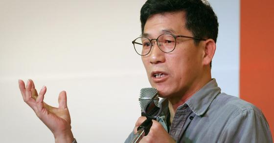진중권 전 동양대 교수. 사진은 진 전 교수가 지난 2월 9일 오후 안철수신당 발기인대회에서 초청 강연을 하고 있는 모습. [뉴스1]