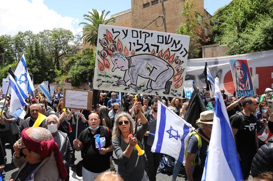 베냐민 네타냐후 이스라엘 총리의 재판이 열린 24일(현지시간), 그의 사임을 요구하는 시민들의 시위가 벌어졌다. [EPA=연합뉴스]