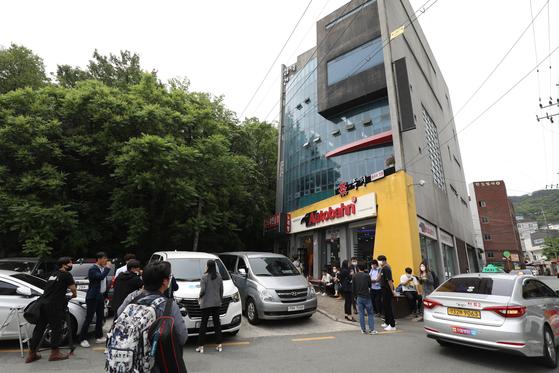 일본군 위안부 피해자 이용수 할머니의 기자회견이 예고된 25일 기자회견 장소로 알려진 대구 남구 한 찻집 주변에서 오전부터 취재진이 대기하고 있다. 뉴스1