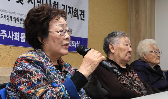 일본군 위안부 피해자인 이용수 할머니가 일본정부를 상대로 낸 민사소송 첫 재판날인 지난해 11월 13일 서울 서초구 민주사회를위한변호사모임(민변) 사무실에서 열린 기자회견에서 발언하고 있다. 뉴스1
