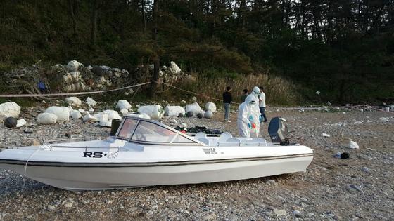 충남 태안군 해변에서 중국인들이 타고 들어온 것으로 추정되는 소형 보트가 발견됐다. 보트에서 중국산으로 보이는 물품과 옷가지, 먹다 남은 음료수와 빵 등이 발견됐다. [연합뉴스]