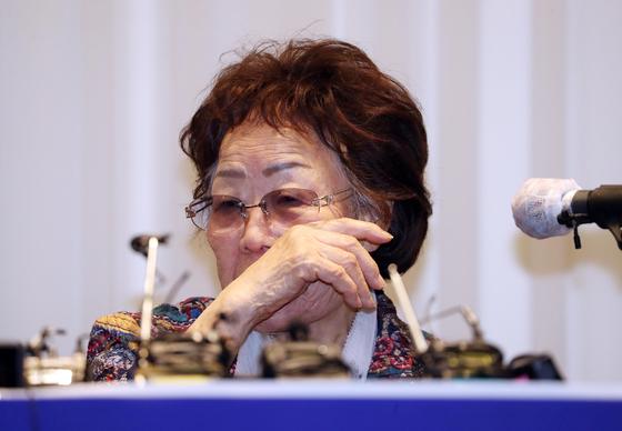 일본군 위안부 피해자 이용수 할머니가 25일 대구 인터불고호텔에서 정의기억연대 문제와 관련해 두번째 기자회견을 하고 있다. 뉴스1