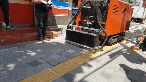 서울시가 투수블록 표면의 이물질을 제거하는 '투수블록 공극회복 장비'를 도입하겠다고 25일 발표했다. [사진 서울시]