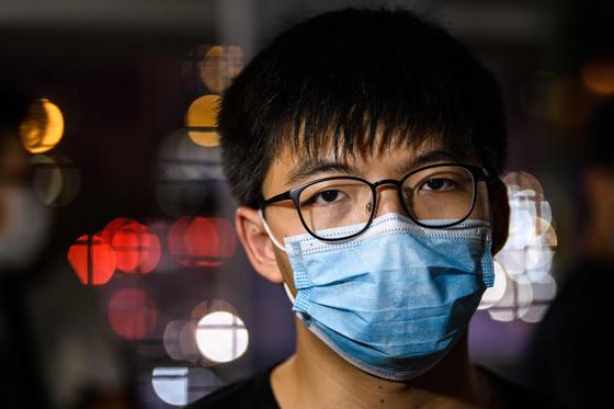홍콩 민주화 시위 주역인 조슈아 웡 의원은 5월 22일 홍콩 거리로 나와 중국의 국가보안법에 반대 입장을 밝혔다. [AFP=연합뉴스]