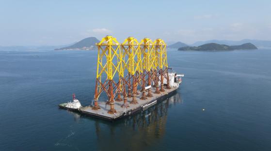 지난 21일 삼강엠앤티가 제작한 해상풍력 하부구조물이 바지선에 실려 대만으로 출항하고 있다. 사진 삼강엠앤티