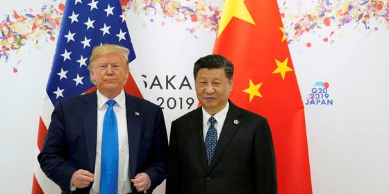 미국 도널드 트럼프 대통령과 중국 시진핑 국가주석. 사진은 지난해 6월 일본 오사카에서 열린 주요 20개국(G20) 회의 때 따로 만나는 모습.