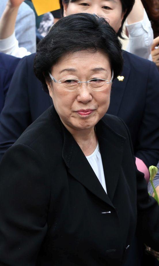 한명숙 전 총리가 서울구치소로 들어가기 전 지지자들에게 인사하고 있다. [중앙포토]
