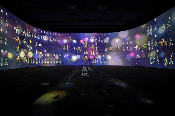 국립중앙박물관이 새로 개장한 '디지털 실감영상관' 중 1관에서 상영되는 '왕의 행차, 백성과 함께 하다'의 장면. 중앙박물관에 소장된 '원행정리의궤도'를 기초로 여러 의궤와 반차도(행렬도)를 참고해 복색과 분위기를 뽑아냈다. [사진 국립중앙박물관]