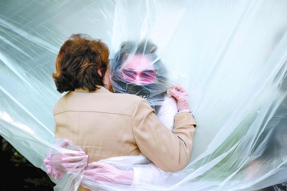[사진] 뉴욕 할머니·손녀 '비닐장막 포옹'