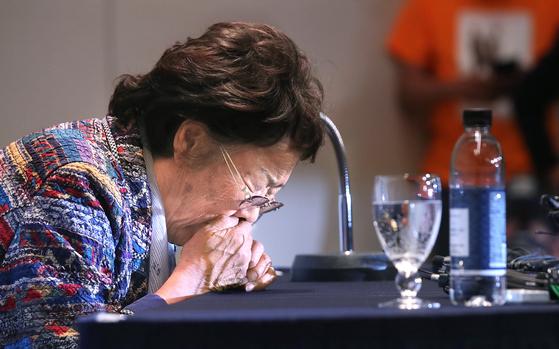 일본군 위안부 피해자인 이용수 할머니가 25일 오후 대구 수성구 인터불고 호텔에서 두 번째 기자회견을 열어 입장 발표를 하던 중 기침을 하고 있다. 뉴스1