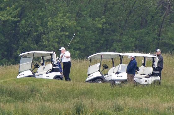 [사진] 트럼프 이틀 연속 골프