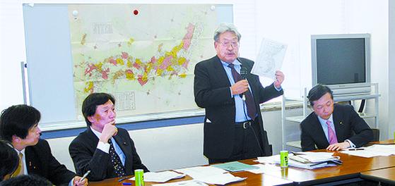 독도 영유권 갈등이 불거진 2005년 4월 최서면 국제한국연구원장(오른쪽 둘째)이 일본 국회의원들의 요청으로 자신의 연구 성과를 설명하면서 '독도는 일본 땅' 주장의 문제점들을 지적하고 있다. [중앙포토]