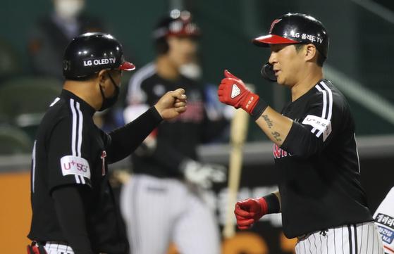 27일 오후 대전 한화생명 이글스파크에서 열린 프로야구 LG-한화 경기. 5회 초 LG 오지환(오른쪽)이 솔로 홈런을 날리고 홈을 밟으며 주먹인사를 하고 있다. [연합뉴스]