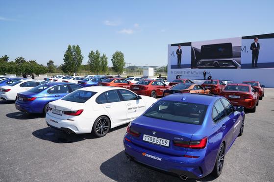 27일 인천 영종도 BMW 드라이빙센터에서 열린 뉴 5시리즈, 뉴 6시리즈 월드 프리미어에서 자동차 극장 대열로 차에 탄 채 행사가 진행되고 있다. 사진 BMW코리아