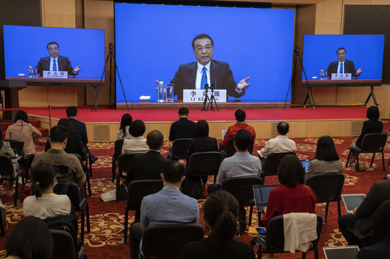리커창 중국 총리가 28일 전국인민대표대회 폐막 이후 열린 기자회견에서 화상을 통해 기자들의 질문에 답하고 있다. [EPA=연합뉴스]
