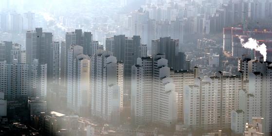 서울 주택 공급량은 대폭 줄어 들고, 청약시장은 폭발하고 있다. 서울 동작구 일대의 아파트 단지. [뉴스1]