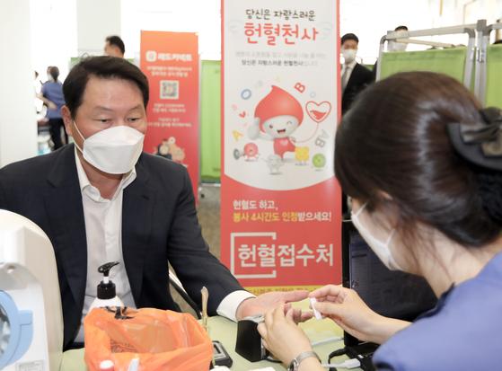 최태원 회장, SK텔레콤 임직원 100여명과 코로나 극복 헌혈