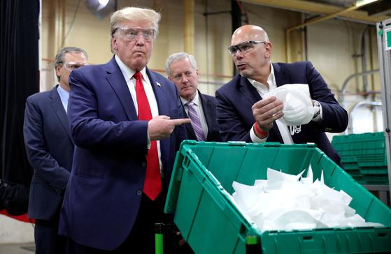미국기업 허니웰은 도널드 트럼프 대통령이 방문한 기업이기도 하다. 트럼프 대통령은 지난 5일 산업 시찰차 아리조나 피닉스에 위치한 이 회사 마스크 공장을 찾았다. [로이터=연합뉴스]