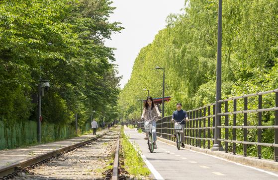 노원구 경춘선숲길. 열차가 다니지 않는 폐선로 옆에 자전거길과 산책로를 조성했다. 아직 인적이 드물다. 거리두기를 하면서 안전하게 자전거를 탈 수 있다. 백종현 기자