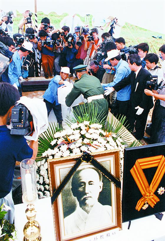 박은식 선생의 유해가 1993년 8월 서울 동작동 국립묘지 애국지사 묘역에 안장 되고 있다.