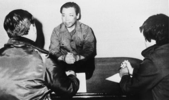 군 수사관들로부터 신문을 받고 있는 김재규 전 중앙정보부장. [중앙포토]