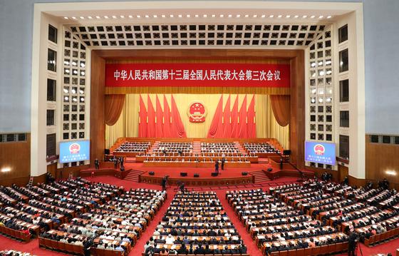 중국 전국인민대표대회가 28일 베이징 인민대회당에서 폐막했다. 신종 코로나바이러스 감염증 사태보다는 중국 전인대가 홍콩 입법회를 대신해 통과시킨 '홍콩판 국가안전법'이 이번 회기의 최대 관심사로 떠올랐다. [신화사=연합뉴스]