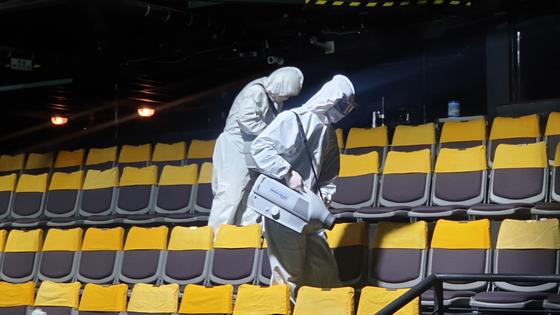 국립극단이 청소년극 '영지'를 위해 공연장을 방역하던 모습. [사진 국립극단]