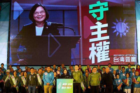 """차이잉원 대만 총통은 중국의 강경한 대만정책이 발표되자 """"대만의 주권을 지키자""""는 슬로건을 내걸어 지지층 재결집에 성공했다. 지난 1월 11일의 총통 선거에서 재선한 차이 총통은 20일 2기 임기를 시작한다. [AP=연합뉴스]"""