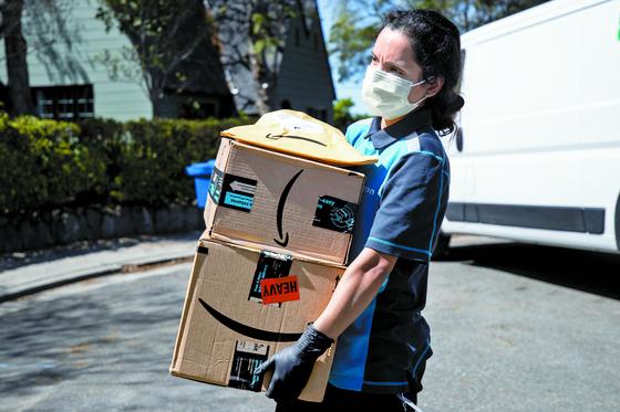 아마존 배달 직원이 미국 로스엔젤레스 지역에서 상품을 배송하고 있다. EPA=연합뉴스
