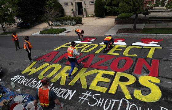 지난 4월 29일 미국 워싱턴 주에서 노동 운동가들이 아마존 노동자 보호를 위한 시위를 준비하고 있다. 로이터=연합뉴스