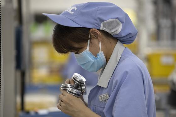 지난 13일 중국 베이징의 한 일본계 기업 공장에서 중국인 노동자가 작업을 하고 있다.[AP=연합뉴스]