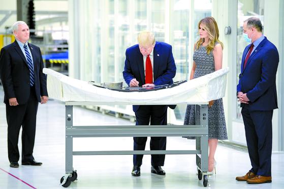 [사진] 트럼프, 달 궤도비행선에 서명