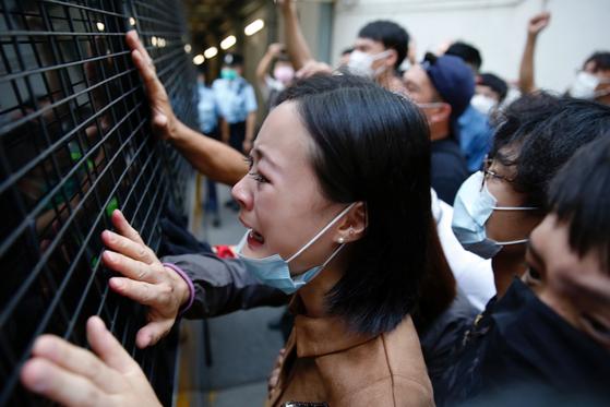 지난 15일 홍콩 법원에서 지난해 반정부 시위를 벌이다 체포된 인사가 4년 징역형을 선고 받고 호송차에 실려나가 재판에 참석했던 가족들이 통곡하며 작별인사를 하고 있다. 홍콩에선 범민주파 인사와 시위 참가자에 대한 대대적인 검거 선풍과 중형 선고가 잇따르고 있다. 로이터=연합뉴스