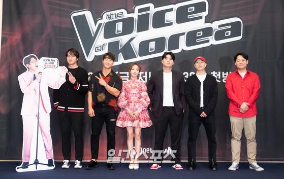 가수 성시경을 비롯한 출연진이 28일 오후 온라인 생중계로 진행된 Mnet '보이스 코리아 2020' 제작발표회에 참석해 포토타임을 갖고 있다.'보이스 코리아 2020'은 네덜란드의 '더 보이스' 프로그램 포맷을 정식으로 구매해 제작한 오리지널 한국 버전으로 한국 최고의 뮤지션들로 구성된 코치진들이 오직 목소리만으로 팀원들을 선발해 최고의 보컬리스트로 발전시키는 프로그램이다. 29일 첫 방송.김진경 기자 kim.jinkyung@jtbc.co.kr/2020.05.28/
