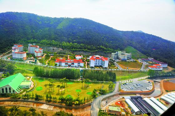 충남 서천군의 서천어메니티복지마을 전경. 주거·요양·여가 시설이 갖춰진 이곳은 복지 요람이자 한국형 은퇴자주거복합단지의 초기 모델이다. [사진 서천군청]