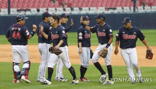 31일 오후 서울 잠실야구장에서 열린 2020 프로야구 두산과 롯데의 경기에서 승리한 롯데 선수들이 기뻐하고 있다. 연합뉴스제공