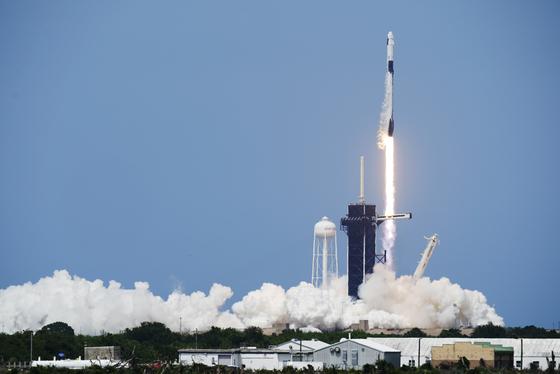 스페이스X가 만든 민간 최초 유인우주선 크루 드래건이 30일(현지시간) 발사되는 모습 [AP=연합뉴스]