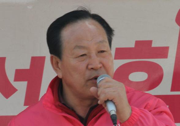 2017년 4월 14일 미래통합당 한기호 후보가 강원 춘천시 신북읍 장터 앞에서 시민들에게 지지를 호소하고 있다. [뉴시스]