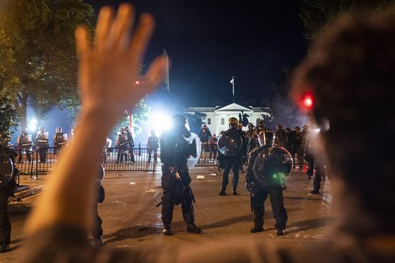 31일(현지시간) 백악관 앞에서도 인종 차별에 반대하고 경찰 폭력에 반대하는 집회가 열렸다. EPA=연합뉴스