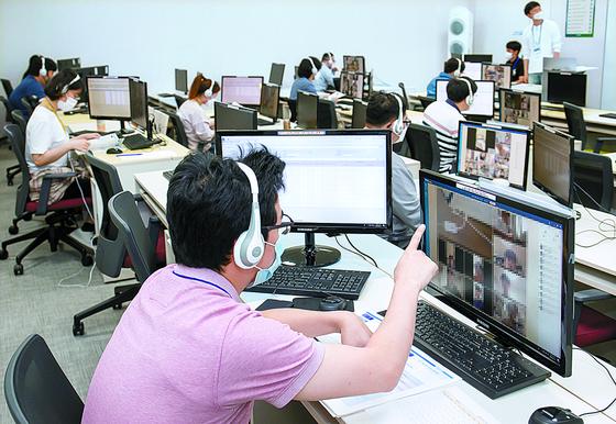 """사상 첫 온라인 삼성고시…취준생 """"큰 모니터 유리"""" 삼성은 """"하반기도 검토"""""""