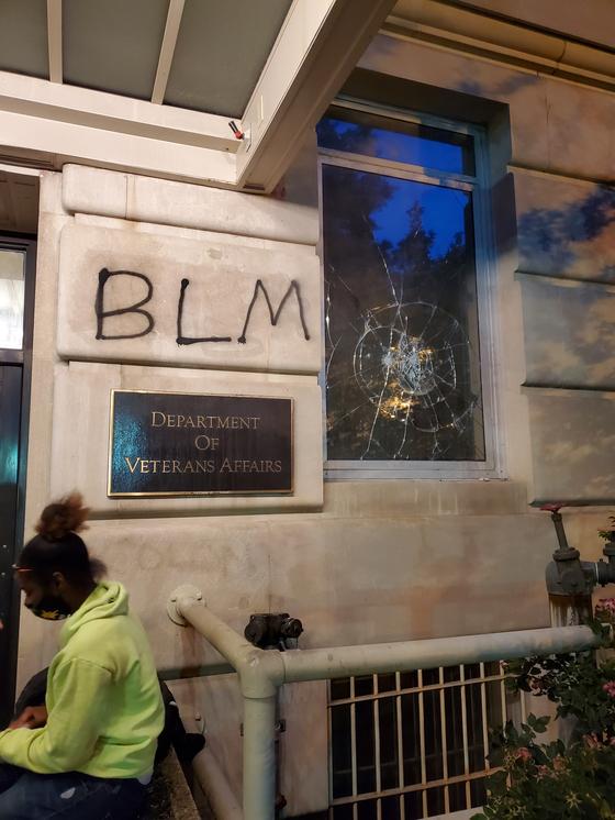 """시위대가 30일(현지시간) 백악관 앞 연방 보훈청 청사 유리창을 깨고 스프레이 페인트로 BLM이라고 적었다. """"흑인 목숨도 소중하다(Black lives matter)""""의 약자다. [박현영 특파원]"""