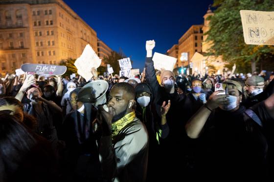 지난달 31일 미국 워싱턴에서 조지 플로이드의 사망과 관련해, 분노하는 시민들이 시위에 나서고 있다. [EPA=연합뉴스]