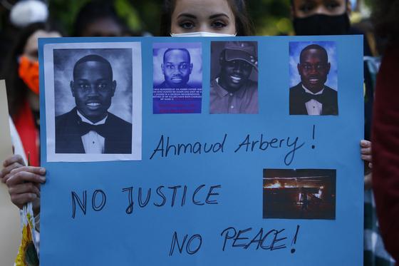 아흐마우드 알버리를 기리는 시위가 독일 베를린에 위치한 미국 대사관에서도 열렸다. [EPA=연합뉴스]
