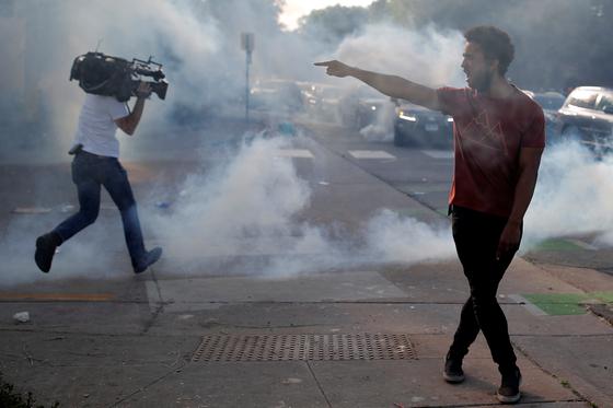 취재기자도 밀어버렸다···전쟁터 된 이해불가 美 시위 현장