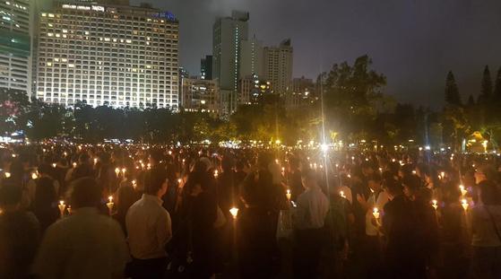지난해 6월 4일 밤 홍콩 빅토리아 공원에서 열린 '6·4 톈안먼(天安門) 민주화 시위' 30주년 기념 추모집회에서 참가자들이 촛불을 들고 있다. 연합뉴스