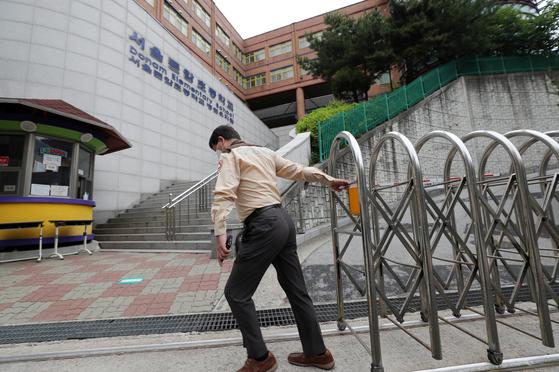 서울 돈암초등학고 야간 당직자 확진…1·2학년 등교 중지