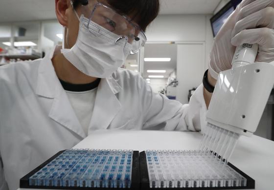 2일 오후 대전 유성구 한국생명공학연구원 바이오나노헬스가드연구단에서 연구원들이 코로나19 항체면역 진단키트를 시연하고 있다.코로나19 항체면역 진단키트는 임상 실험한 결과 코로나 감염자 대비 양성판정을 나타내는 민감도와 비감염자 대비 음성판정 정확도를 나타내는 특이도가 각 94.4%, 100%로 나타났으며 진단 시간은 15분이 소요된다. 과학기술정보통신부는 임상테스트를 바탕으로 미국 FDA의 긴급사용승인 절차를 진행하고 있다. [뉴스1]