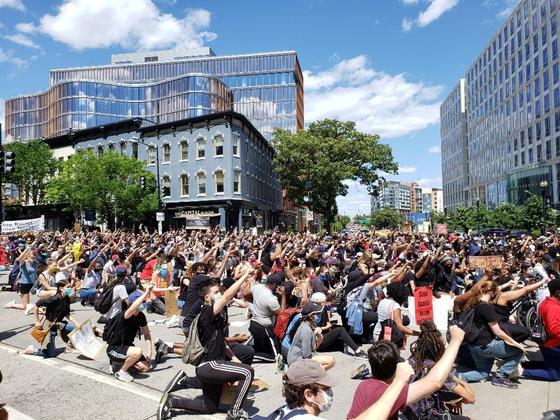 미국 워싱턴DC에서 지난달 31일(현지시간) 조지 플로이드 사망 사건에 항의하는 의미로 열린 시위. 참가자들이 구호를 외치고 있다. [연합뉴스]