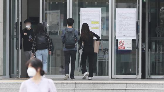 마스크를 쓰고 도서관으로 들어서는 학생들. 뉴스1